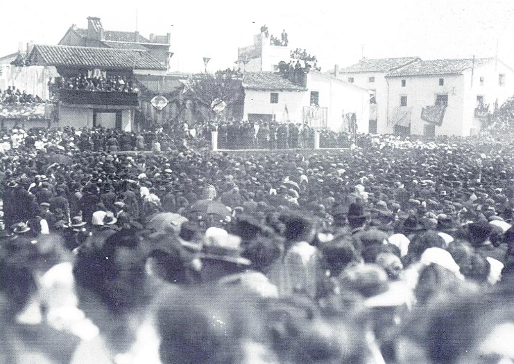 Coronació pontificia de la Mare de Déu de la Salut en el Parc Salvador Castell a l'any 1925.